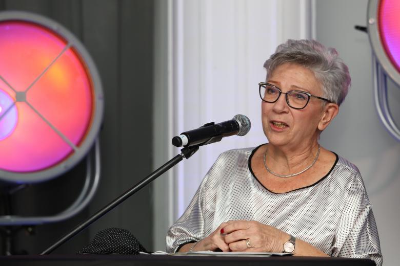 kobieta wygłasza przemówienie