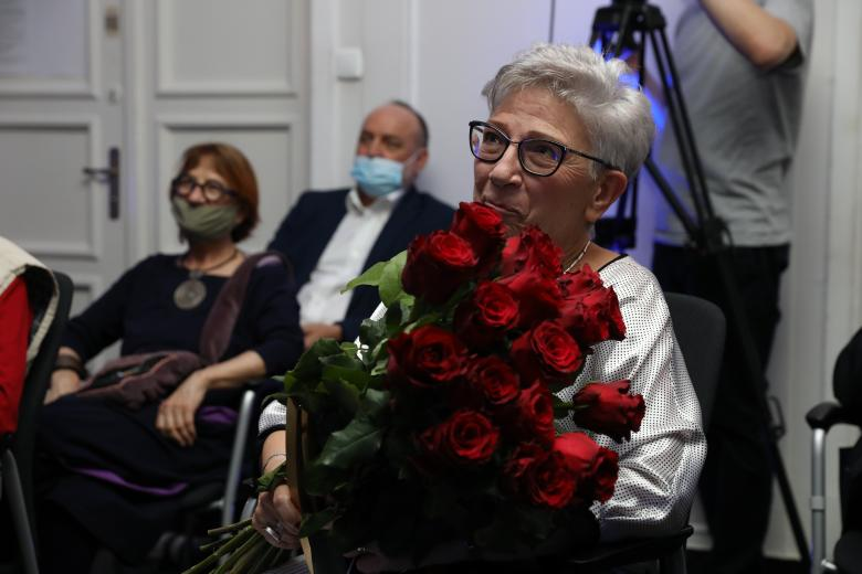 kobieta z bukietem róż