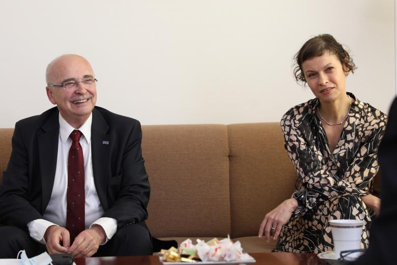 Dojrzały mężczyzna i kobieta siedzą i rozmawiają