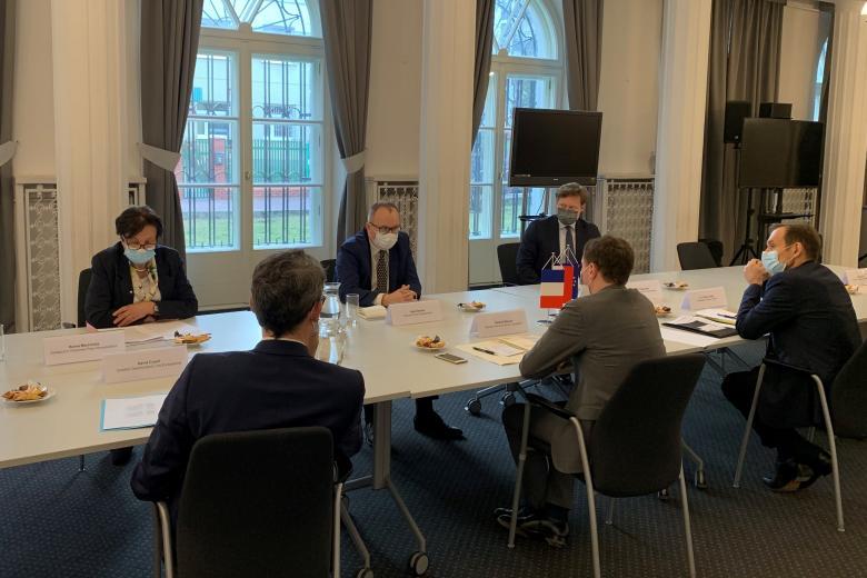 RPO i jego zastępcy rozmawiają przy stole z delegacją francuską
