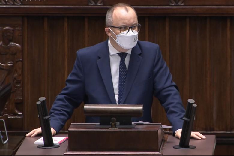 mężczyzna na mównicy w Sejmie