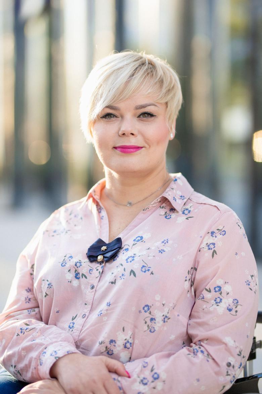 portret uśmiechniętej kobiety w różowej koszuli