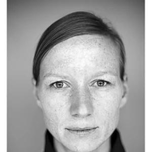 czarno-białe zdjęcie młodej kobiety z piegami