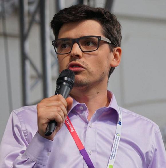 Mężczyzna trzymający mikrofon