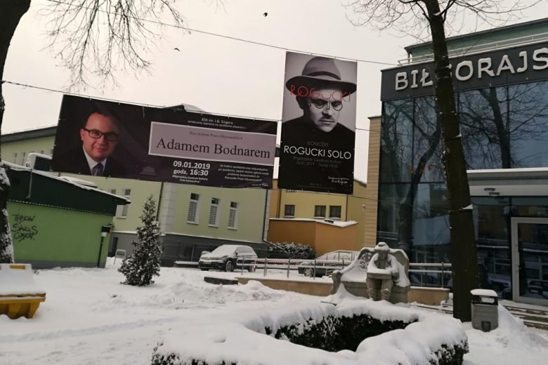 Banner z wizerunkiem RPO przed budynkiem