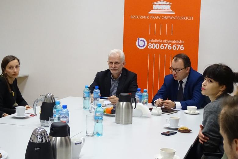Zdjęcie: ludzie przy stole