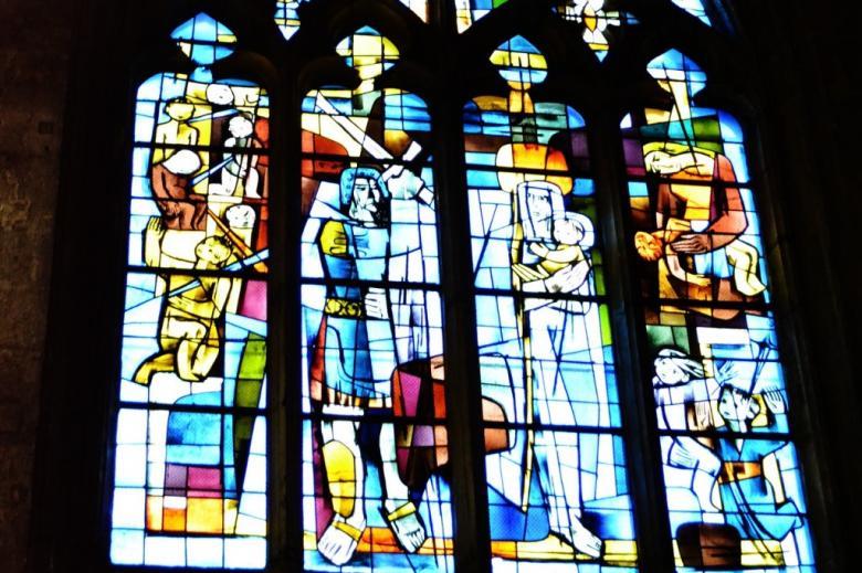 Witraż przedstawiający Świętą Rodzinę i ludzi z mieczami