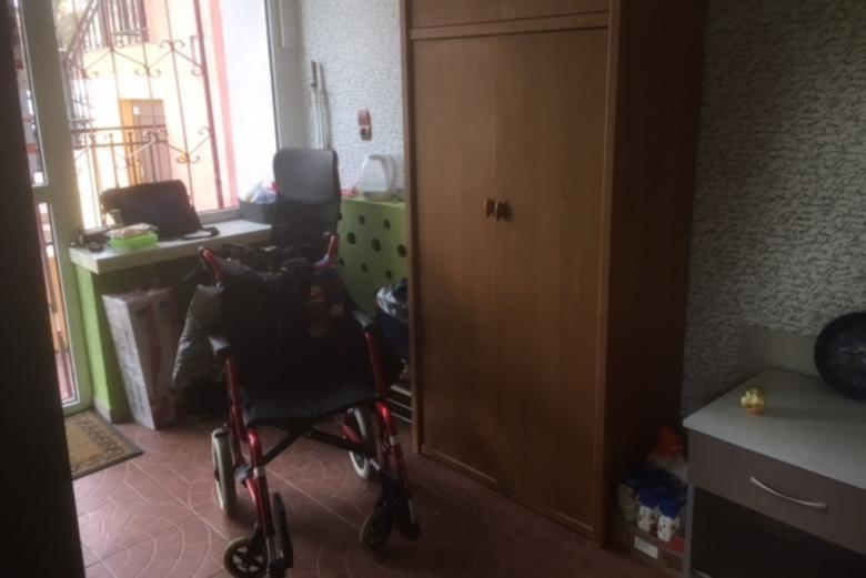 Wózek inwalidzki w małym pomieszczeniu