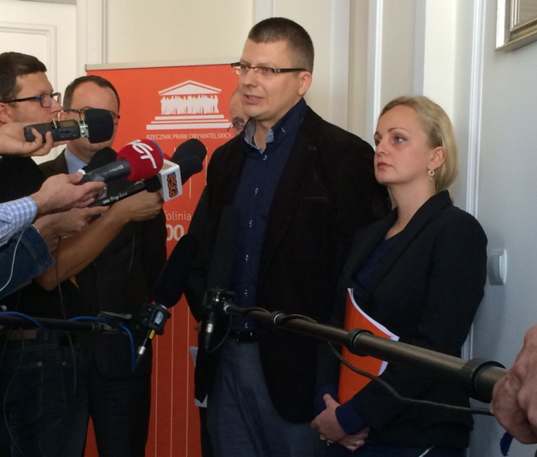 Na zdjęciu dr Marcin Warchoł i dr Marta Kolendowska-Matejczuk podczas briefingu prasowego