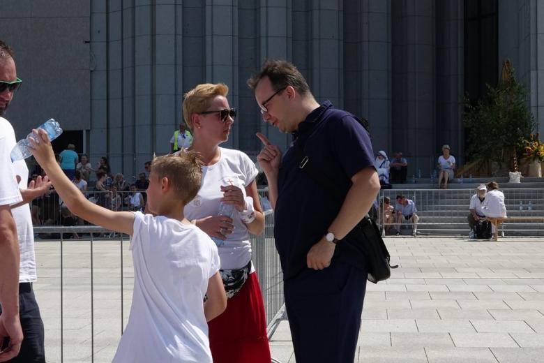 Zdjęcie: nowoczesny budynek w tle, mężczyzna i kobieta oraz chłopiec