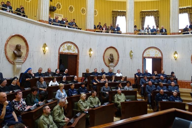 Zdjęcie: uczestnicy spotkania - osoby w mundurach Policji