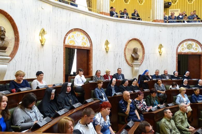 Zdjęcie: uczestnicy spotkania, w tym siostry zakonne w habitach