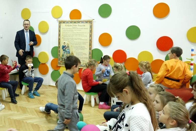 zdjęcie: w pokoju bawią się dzieci na ścianach są umieszczone różnokolorowe kółka