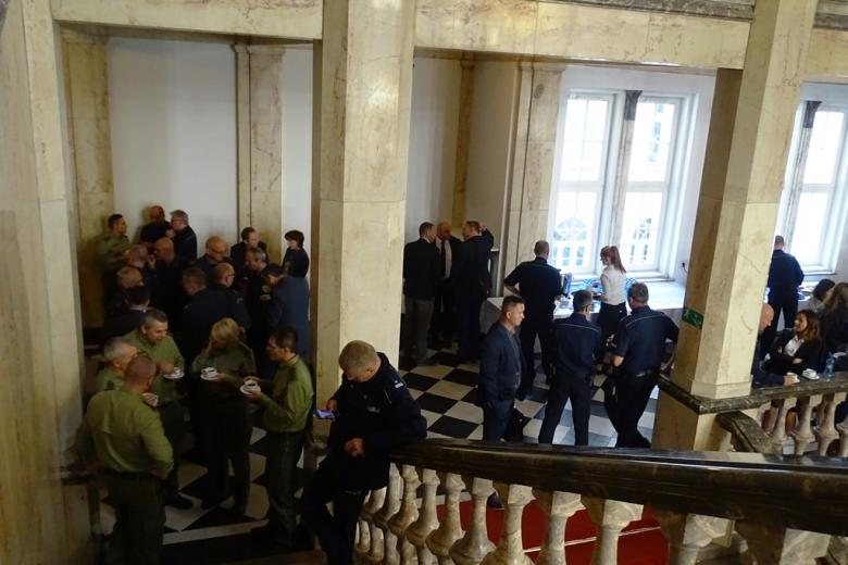 Zdjęcie: ludzie rozmawiają na korytarzu