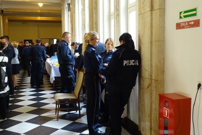 Zdjęcia: kobiety w mundurach Policji rozmawiają
