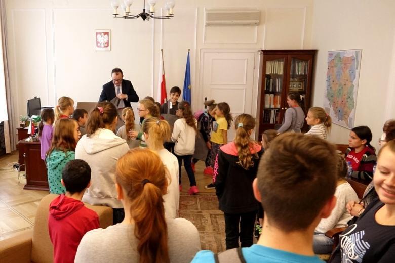 zdjęcie: kilkanaście dzieci stoi w gabinecie
