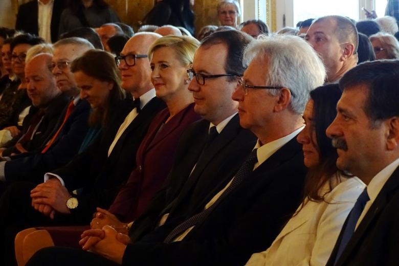 zdjęcie: kilka osób siedzi, są ukazani z półprofilu
