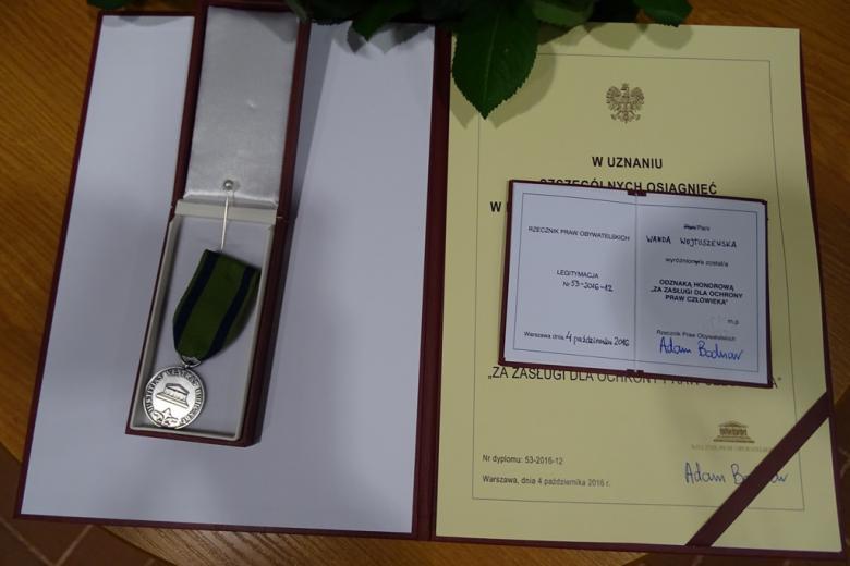 Zdjęcie: dyplom i odznaka