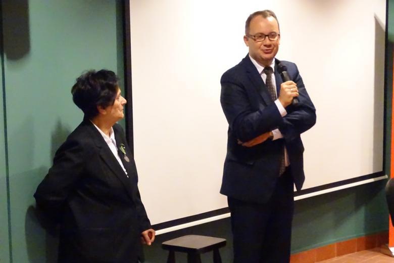 Zdjęcie: kobieta i mężczyzna stoją