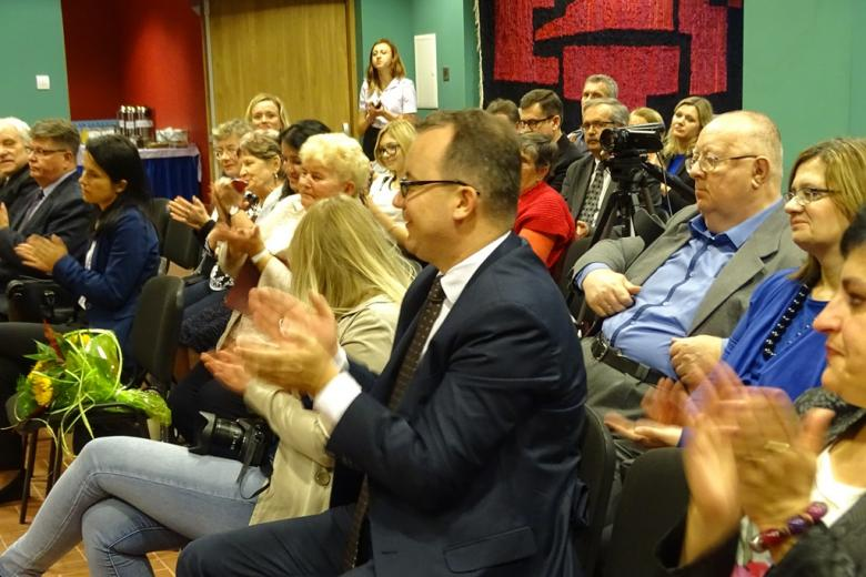 Zdjęcie: ludzie klaszczą, na pierwszym planie Adam Bodnar