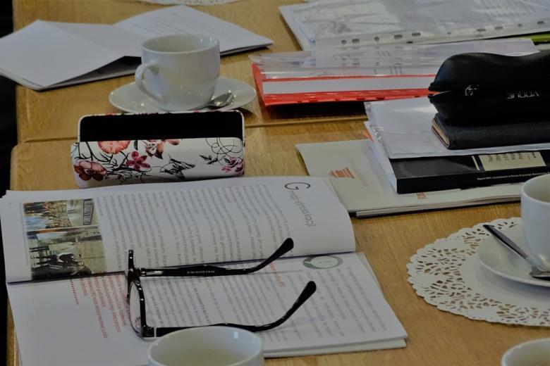 zdjęcie: na stole lezą publikacje