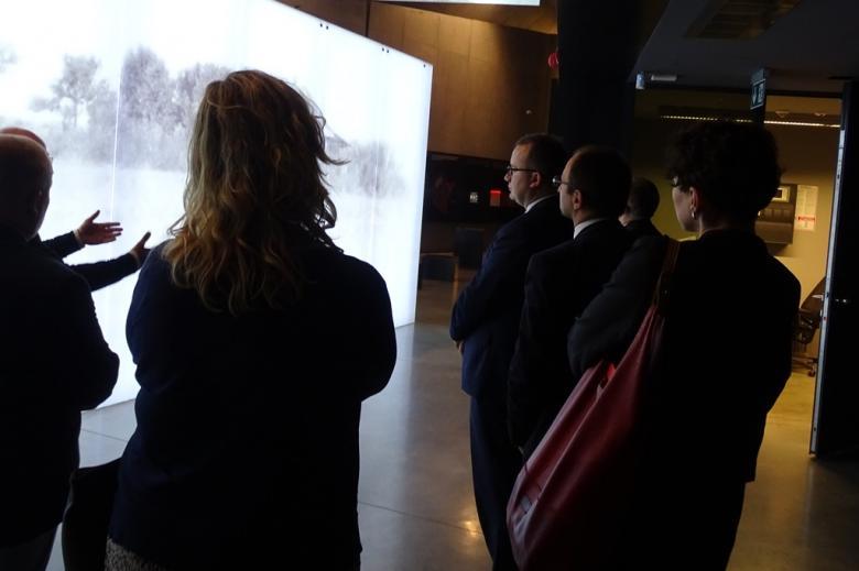 Zdjęcie: ludzie w nowoczesnym muzeum