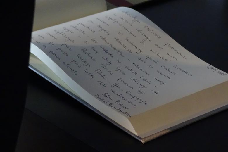 Zdjęcie: księga pamiatkowa z ręcznym wpisem