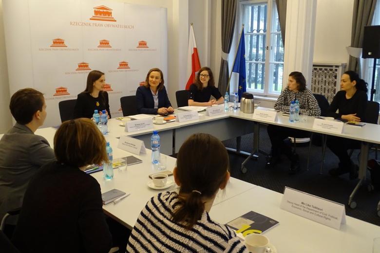 zdjęcie: kilka kobiet siedzi przy połączonych stołach