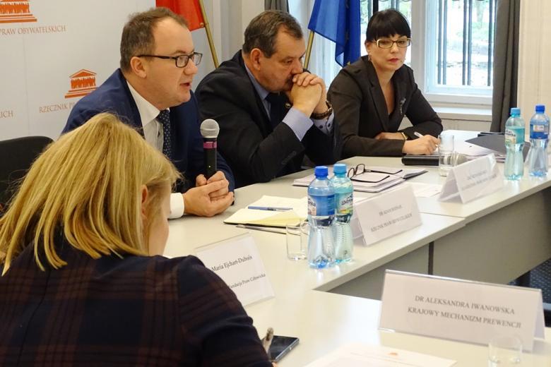 zdjęcie: przy stole siedzi dwóch męzczyn i dwie kobiety