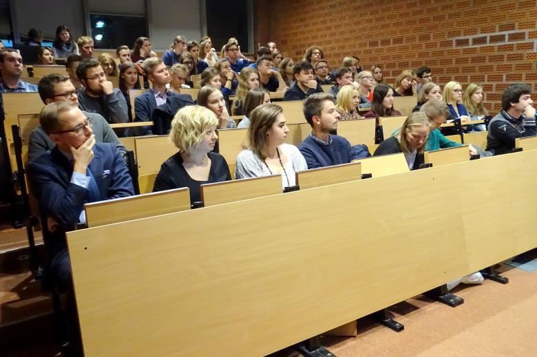 zdjęcie: kilkadziesiąt osób siedzi na auli wykładowej