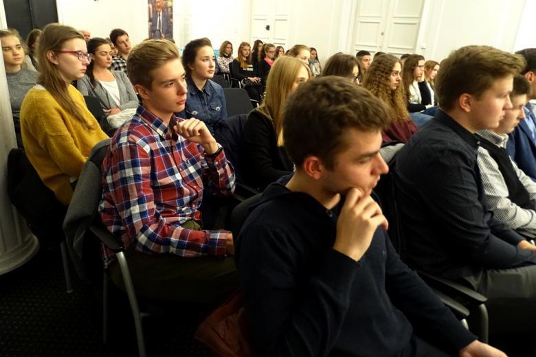 zdjęcie: kilkanaście młodych osób siedzi na krzesłach ustawionych w rzędach