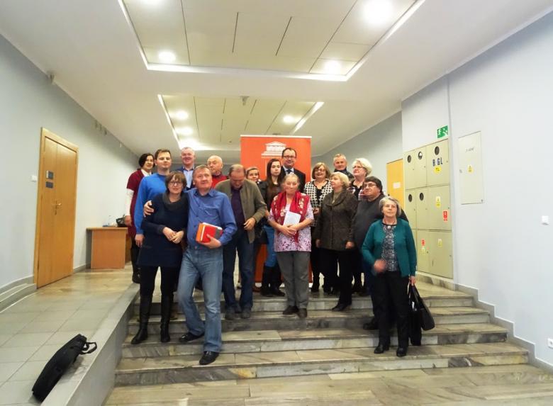 Zdjęcie: uczestnicy spotkania na wspólnym zdjęciu stoją z Adamem Bodnarem