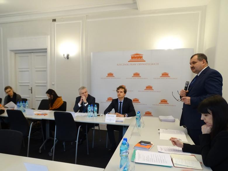 na zdjęciu uczestnicy konferencji, przemawia Zastępca RPO Krzysztof Olkowicz