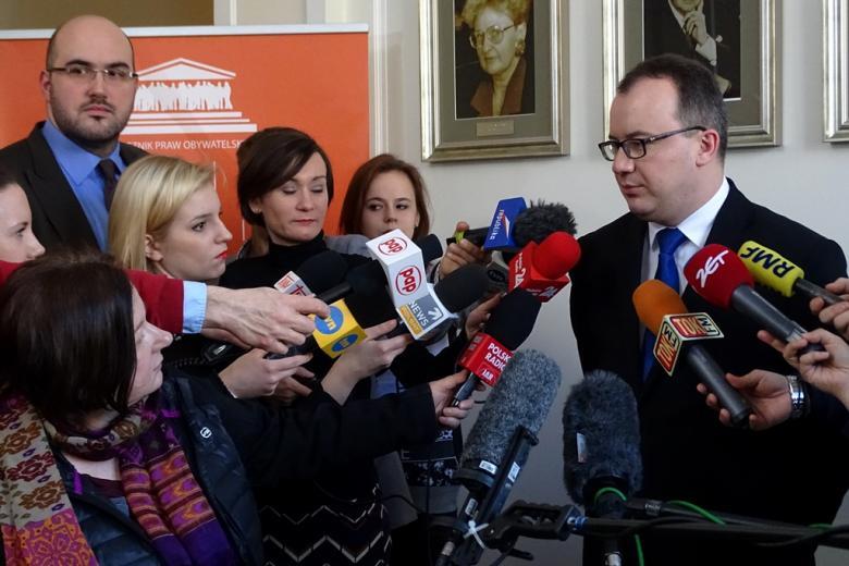 Zdjęcie z briefingu prasowego: dr Adam Bodnar i otaczający go dziennikarze