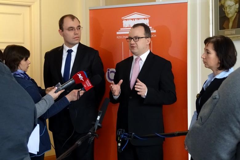 na zdjęciu Krzysztof Szczucki, Adam Bodnar i Agnieszka Grzelak z Biura RPO