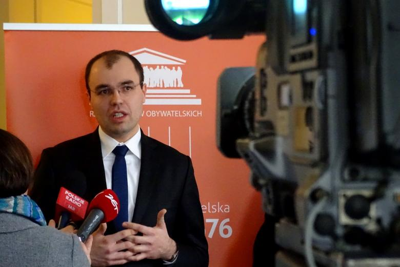 na zdjęciu Krzysztof Szczucki z Biura RPO na konferencji prasowej
