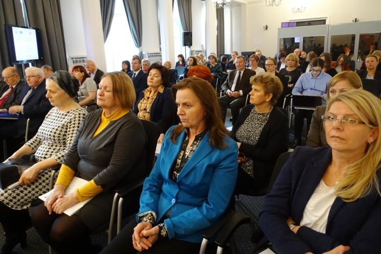 zdjęcie: kilkadziesiąt osób siedzi na krzesłach ustawionych w rzędach