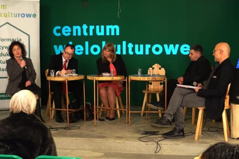 na zdjęciu uczestnicy debaty