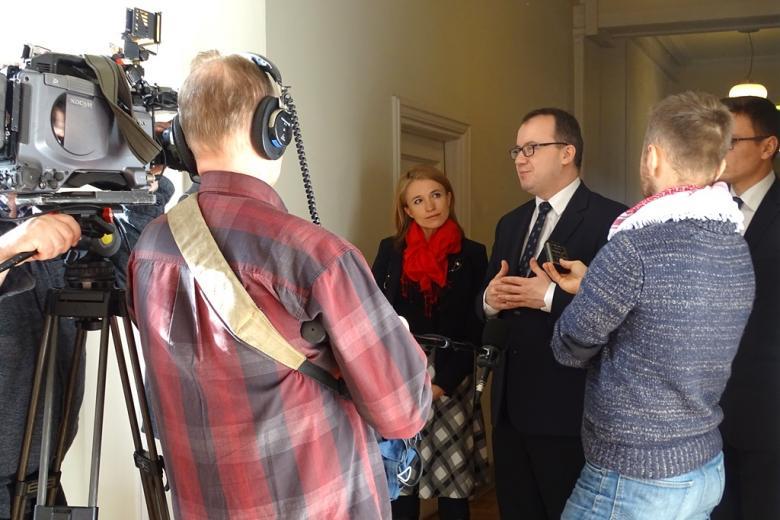 na zdjęciu dr Adam Bodnar udziela wywiadu telewizyjnego