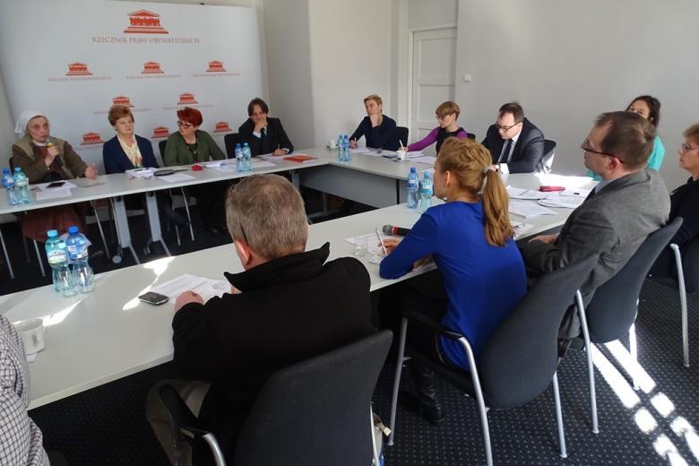 Zdjęcie: widok na 10 osób siedzących przy dwóch stołach