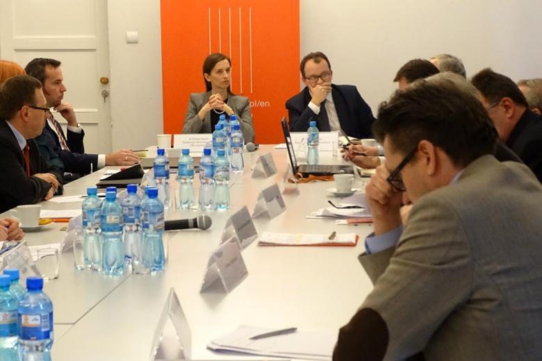 zdjęcie: kilkanaście osón siedzi przy białym stole