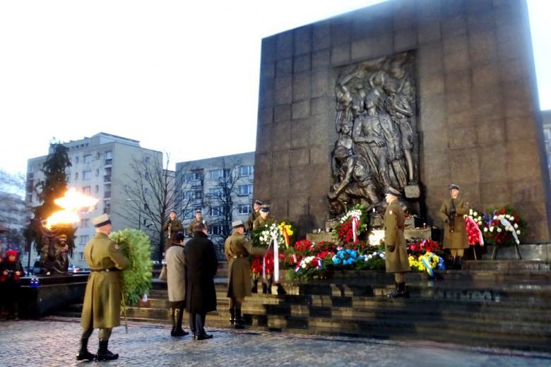 zdjęcie: przed pomnikiem stoją delegacje z wieńcami