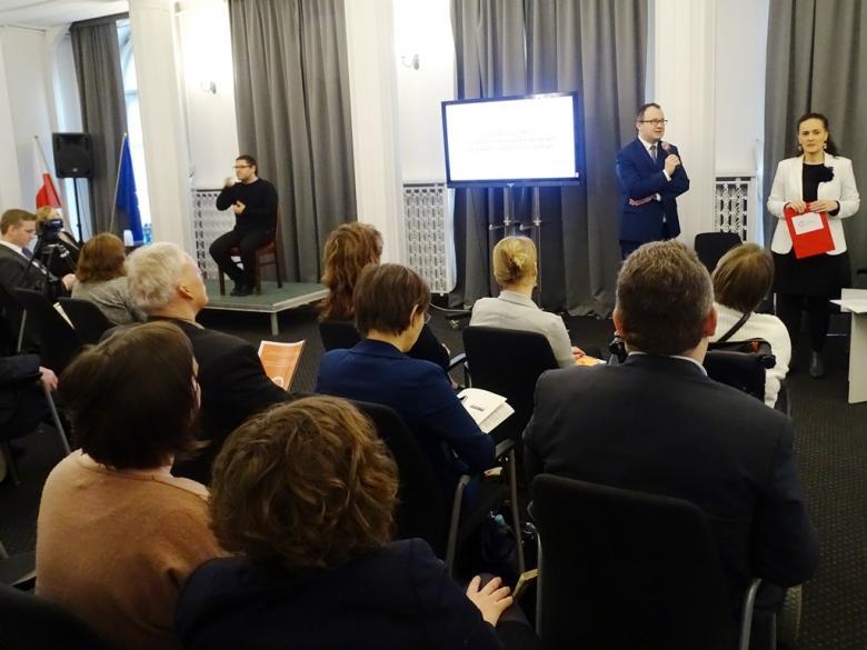 na zdjęciu uczestnicy konferencji, przemawia dr Bodnar