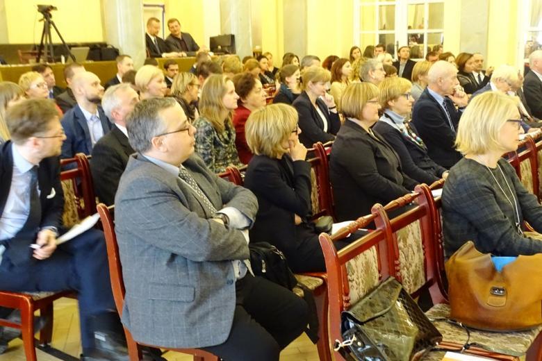 zdjęcie: kilkanaście osób siedzi na auli