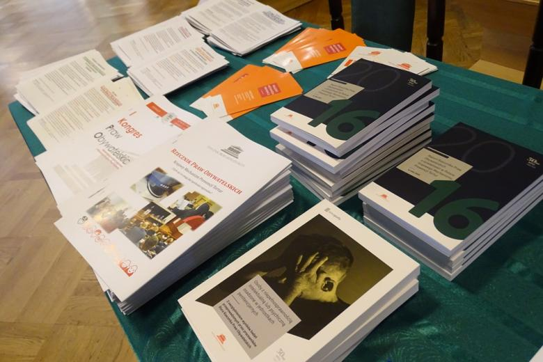 zdjęcie: na stole lezy kilkanaście ksiązek i ulotek
