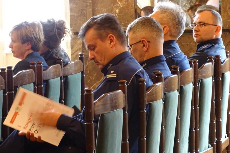 zdjęcie: kilka osób czyta publikację