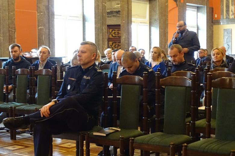 zdjęcie: jeden z mężczyn w mundurze stoi pośrodku sali