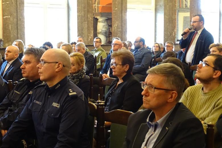 zdjęcie: jeden z mężczyn stoi pośrodku sali