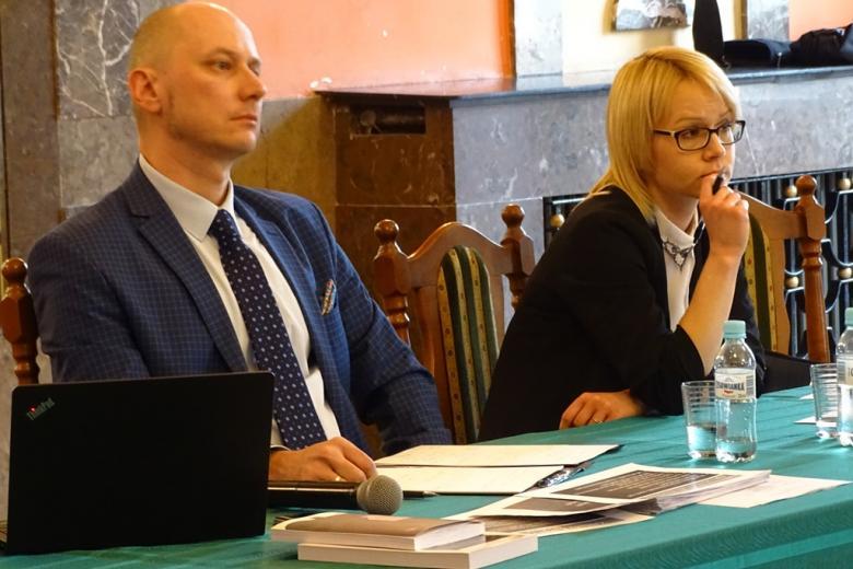 zdjęcie: przy stole siedzi meżczyzna i kobieta