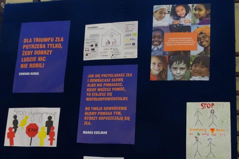 zdjęcia: plakaty i cytaty wybrane przez uczniów wiszą na grantowej tablicy
